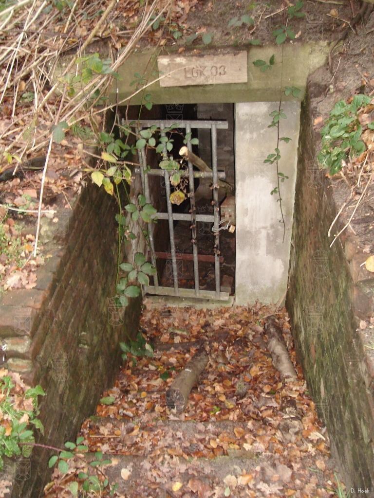 De ingang van een onderaardse bunker in park Leeuwenhorst. De bunker is afgesloten in verband met vleermuizen.