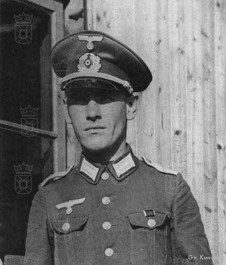 Lt. Karl Dittmann met op de achtergrond de houten brakken aan de Oegstgeesterweg.