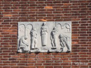 Een gevelsteel die herinnerd aan de wederopbouw van 1942.