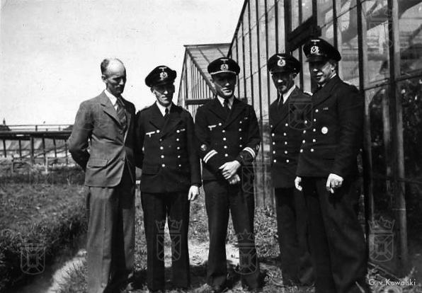 Karl (midden) en enkele collega's bij de kassen van de gebroeders Pauw te Rijnsburg.
