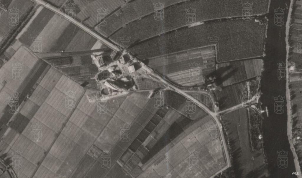 Luchtfoto uit 1944 van de stelling met rechts de Oude Rijn en in het midden de Baustelle.