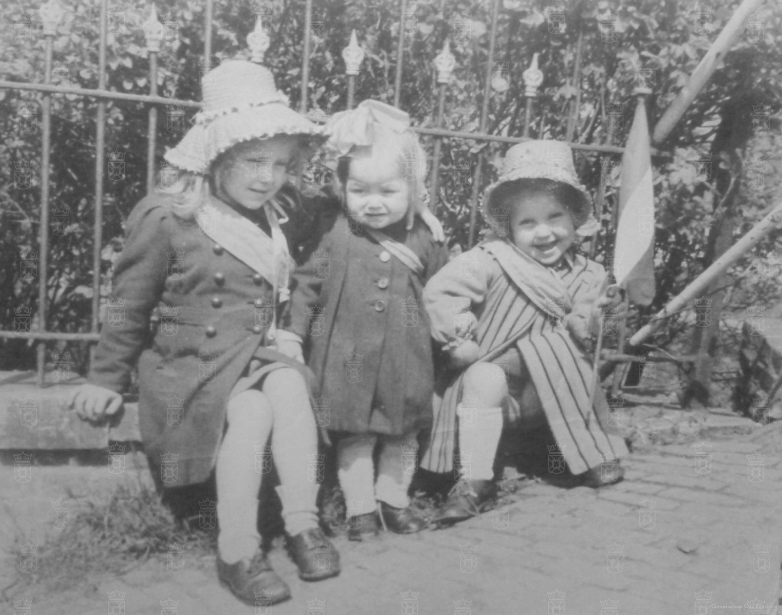 De drie zusjes van der Laan tijdens de bevrijding.