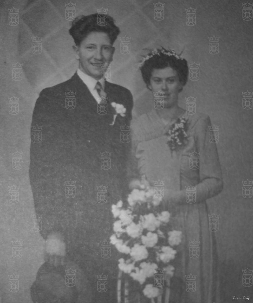 Gerrit van Duijn en zijn bruid op hun trouwdag.