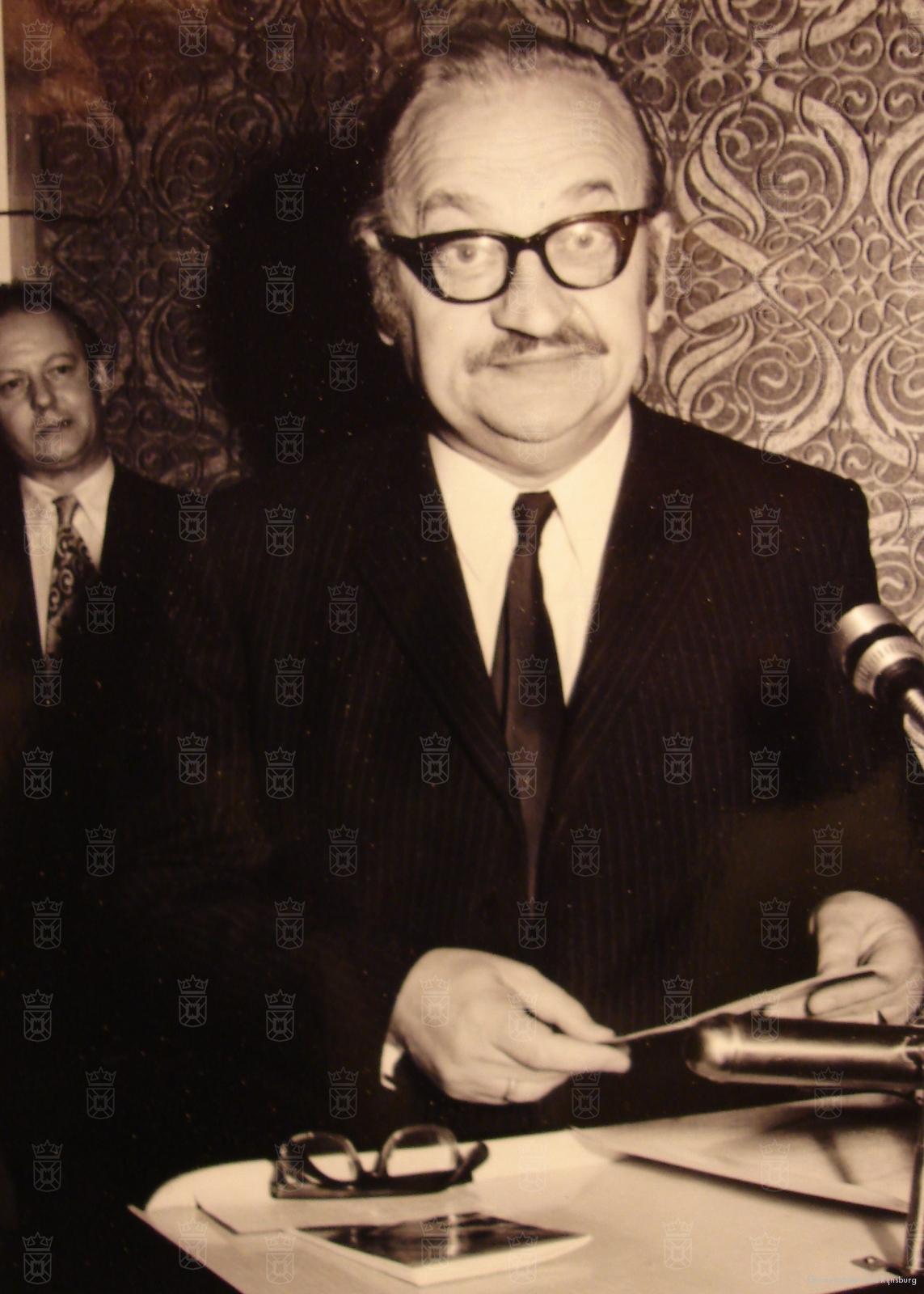 Vader Edzard van der Laan na de oorlog actief als raadslid in Rijnsburg.