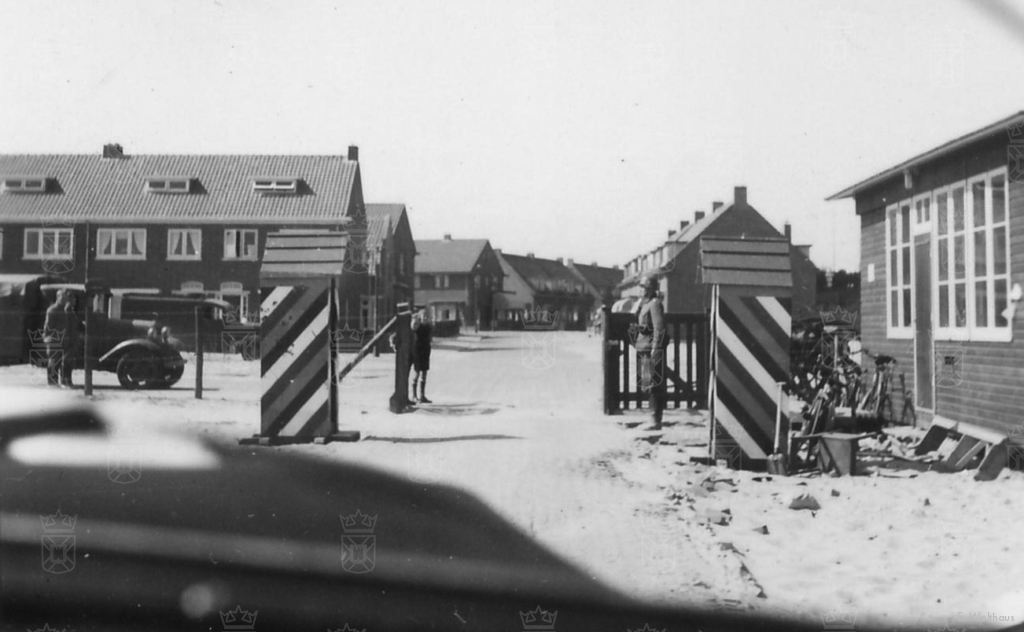 Ingang van het barakkenkamp aan de Parklaan gezien vanuit een Duitse dienstauto.