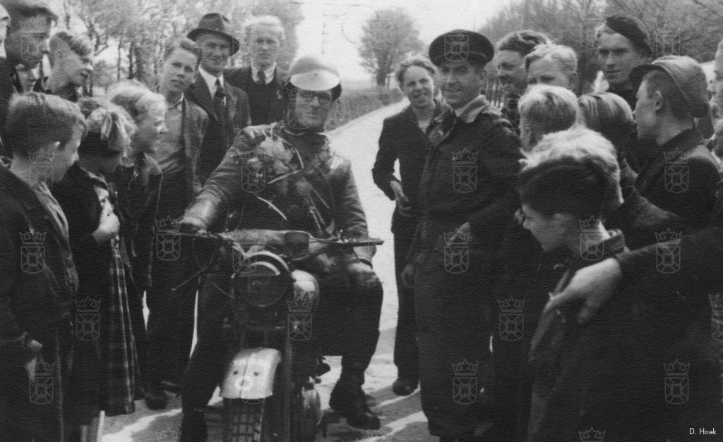 De bevrijders rijden Katwijk binnen.
