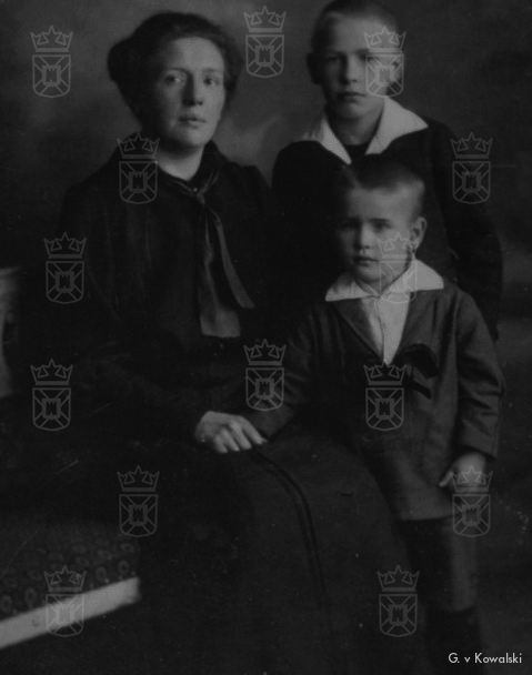 Moeder Minna met haar zoons Wilhelm en Karl.
