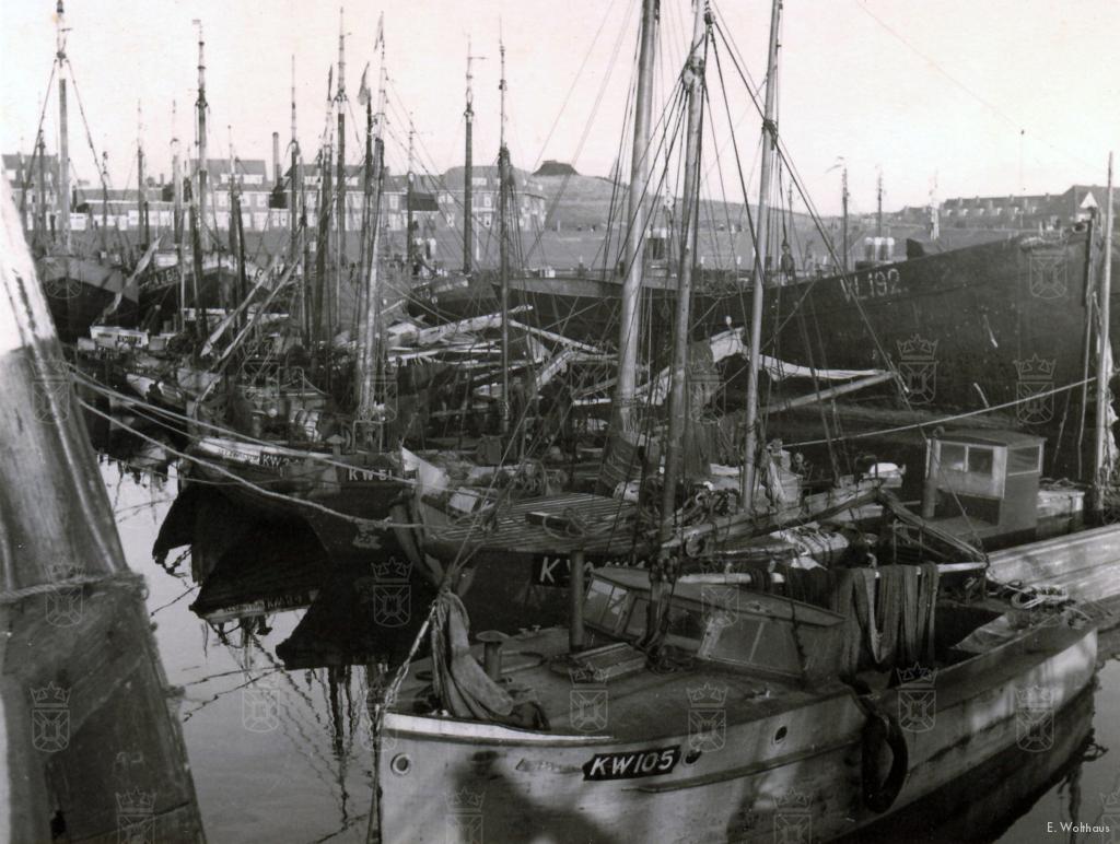 Katwijkse schepen in de haven van Scheveningen in december 1941.