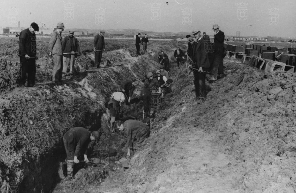 Met man en macht werd gewerkt om meer dan negentig kilometer aan drainagebuizen aan te leggen.