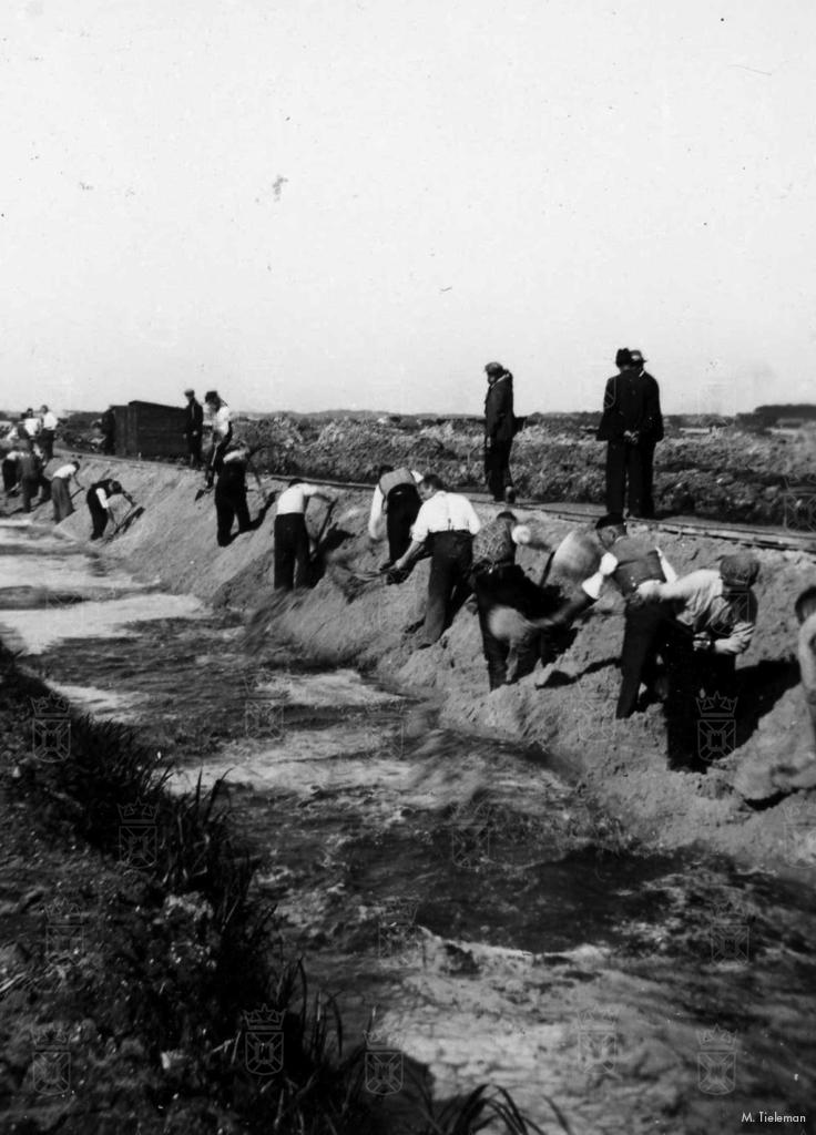 Dempen van sloten op het terrein van het toekomstige Vliegpark Valkenburg. Zand voor het aanvullen werd aangevoerd met smalspoor.