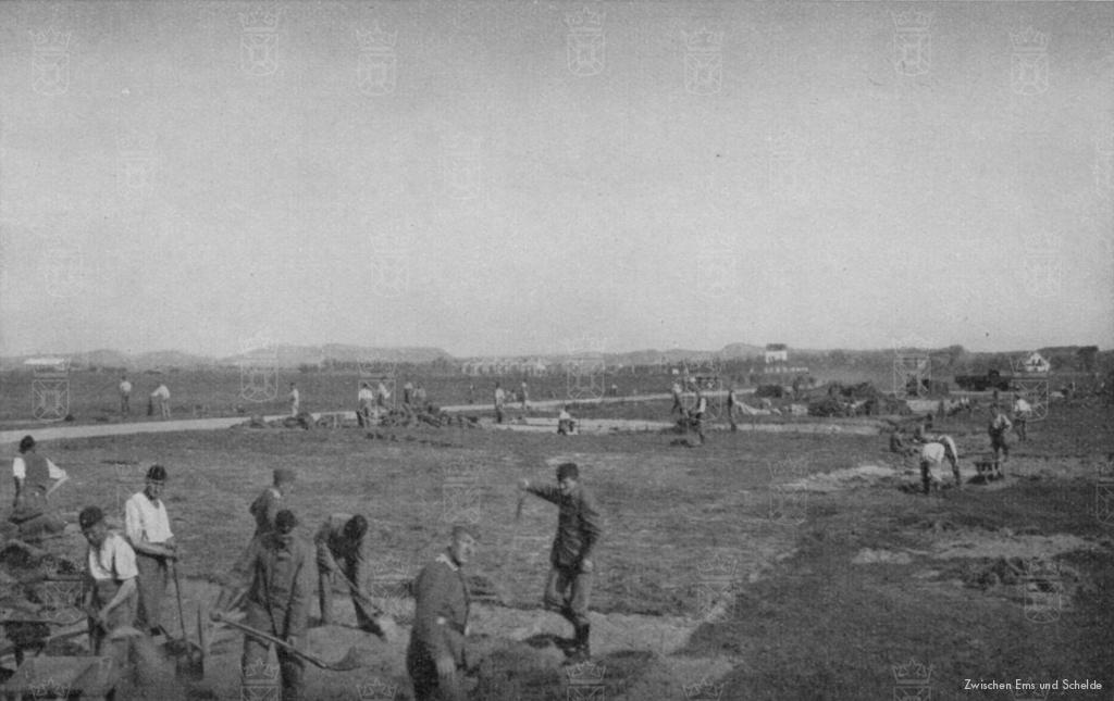 Duitse militairen aan het werk op het vliegveld.