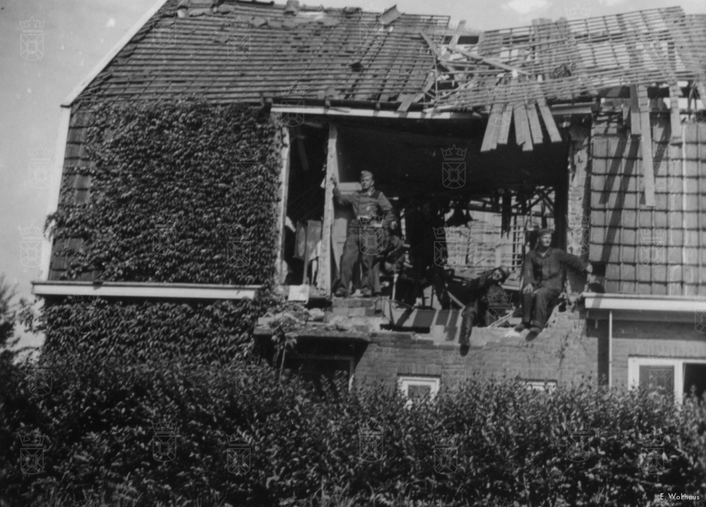 Een viertal Duitse soldaten op de beschadigde zolder van de familie Van Leeuwen aan Straatweg nr. 100.