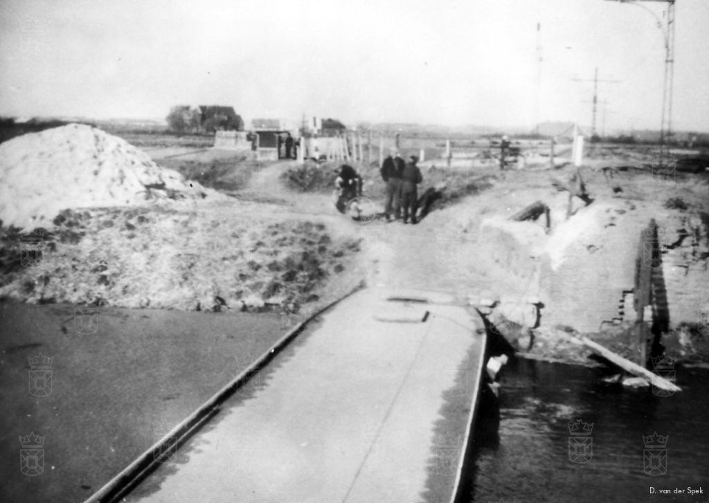 Omdat de Jan Zwanenbrug door de Duitsers opgeblazen was, fungeerde een platte schuit als tijdelijke noodbrug. Dit heeft tot zeker half mei 1946 geduurd.