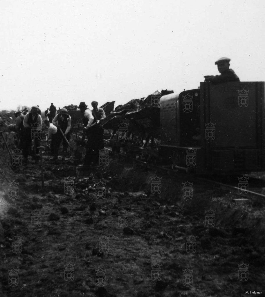 Klei werd via een smalspoorbaan naar het vliegveldterrein vervoerd voor het egaliseren van het land.