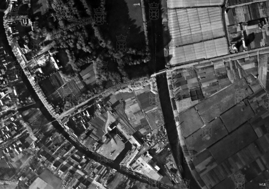 Op deze luchtfoto van de stelling zijn de loopgraven goed te zien. Ook de tankversperring aan de Rijnsburgse zijde is goed te onderscheiden.