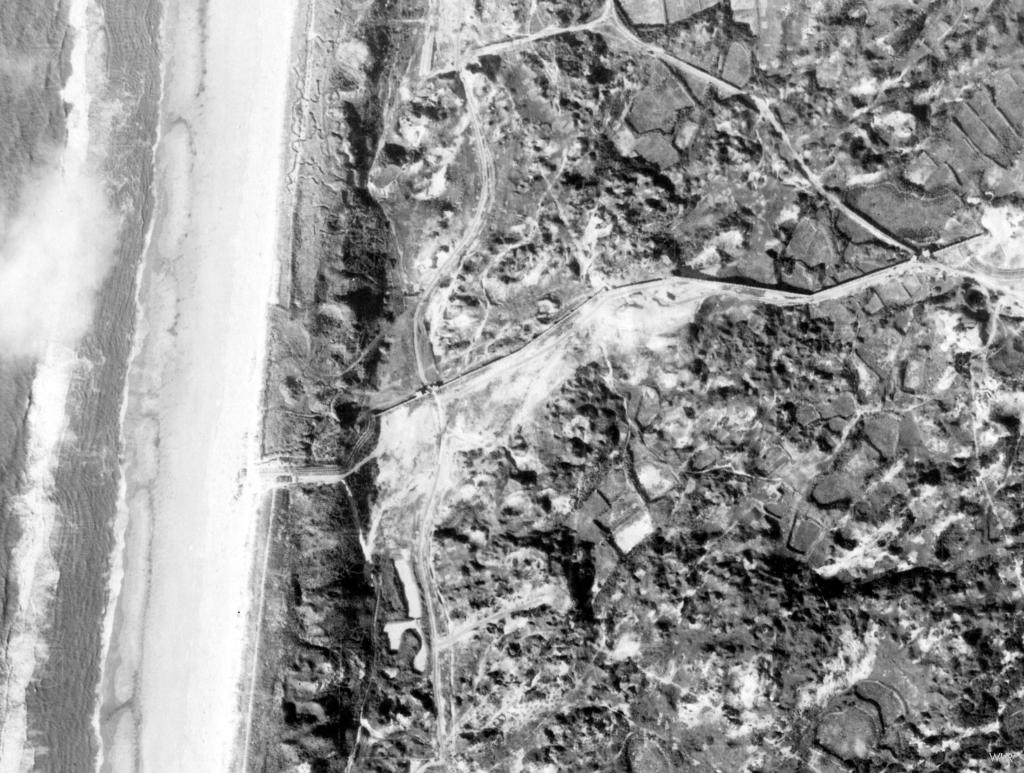 Luchtfoto van Widerstandsnest 63HL. De pantsermuur verloopt hier in een drakentandversperring langs de stelling.