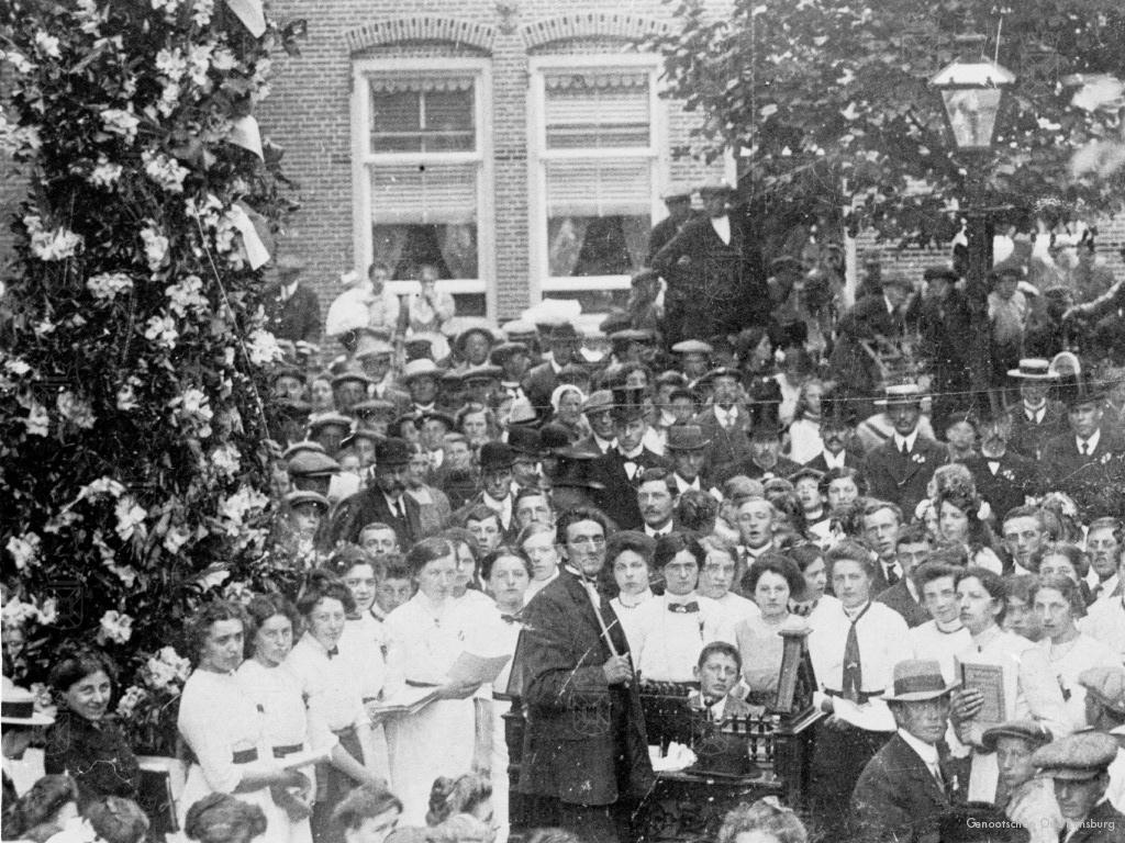 Zangvereniging De Lofstem geeft een uitvoering ter ere van het planten van de Wilhelminaboom op 4 september 1898.