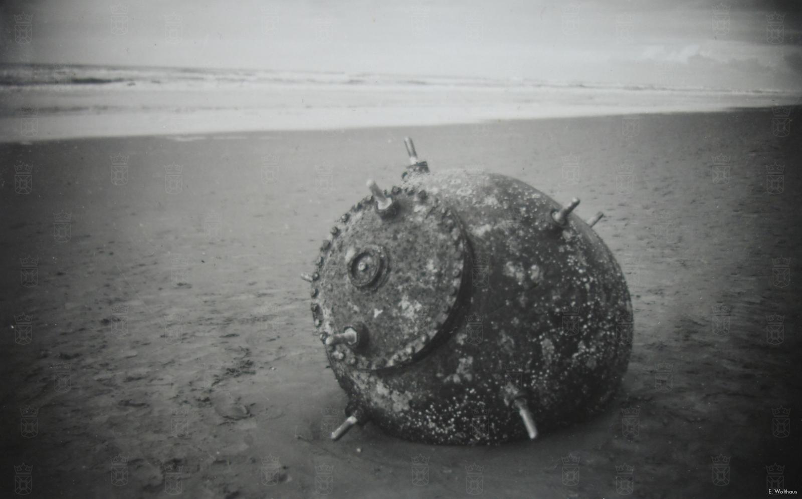 Een aangespoelde mijn op het Katwijkse strand.