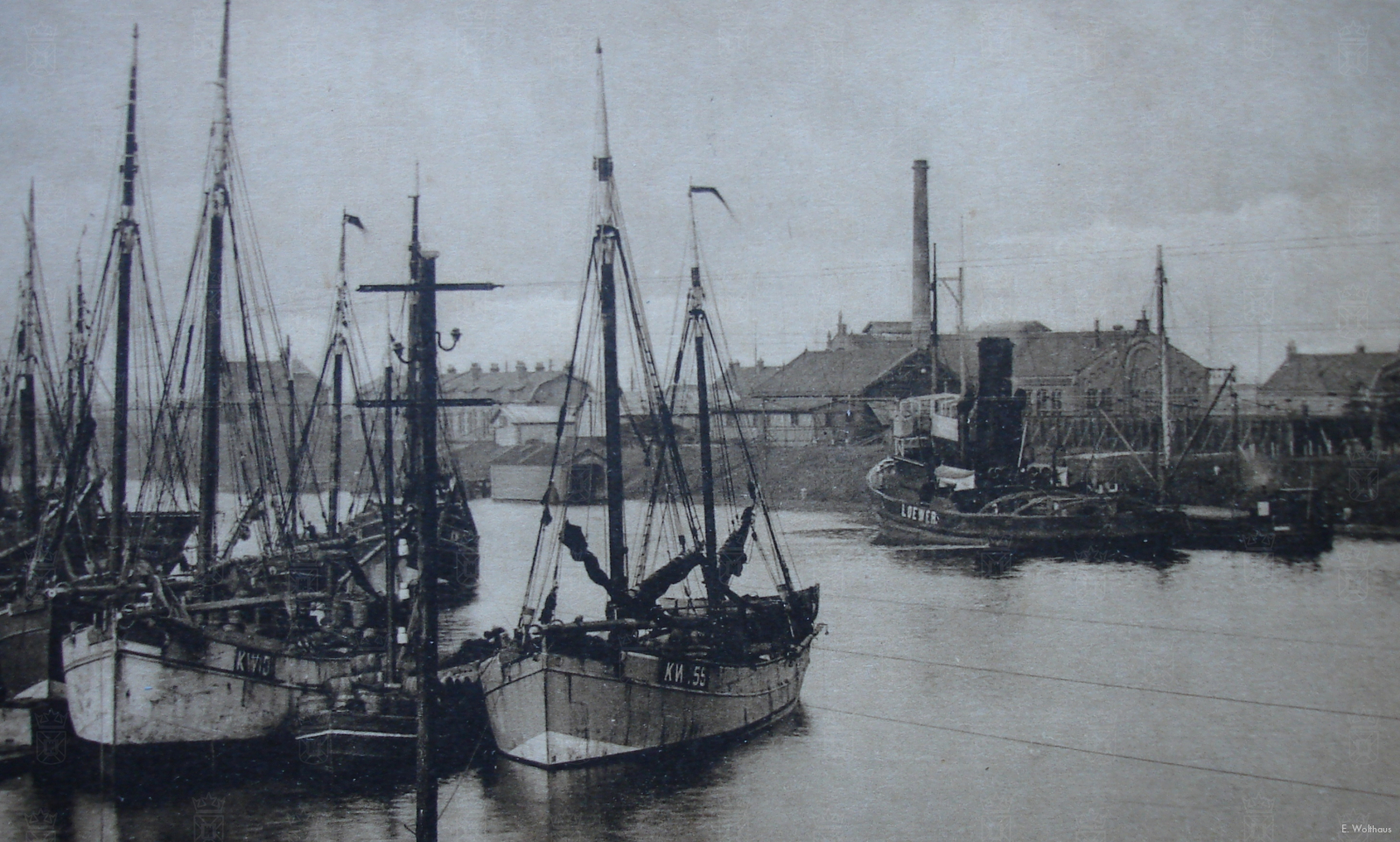 De haven van IJmuiden, met op de voorgrond enkele Katwijkse schepen.