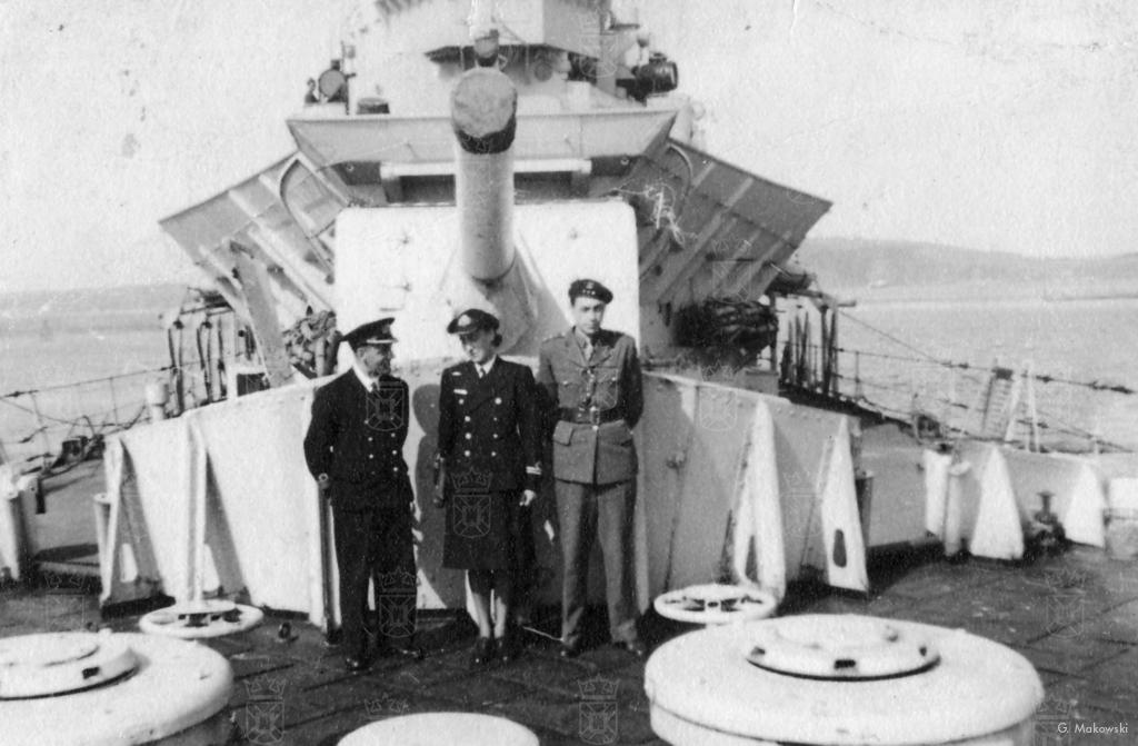 Admiraal Tadeusz Podjazd-Morgenstern, zuster Wanda en Tolo aan boord van een marineschip.