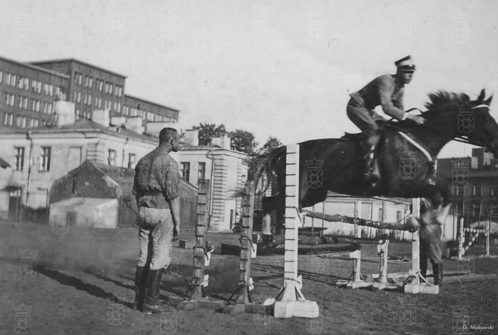 Tolo tijdens het oefenen als springruiter. 22e Ulahnen Regiment in Brody, 1935/36.