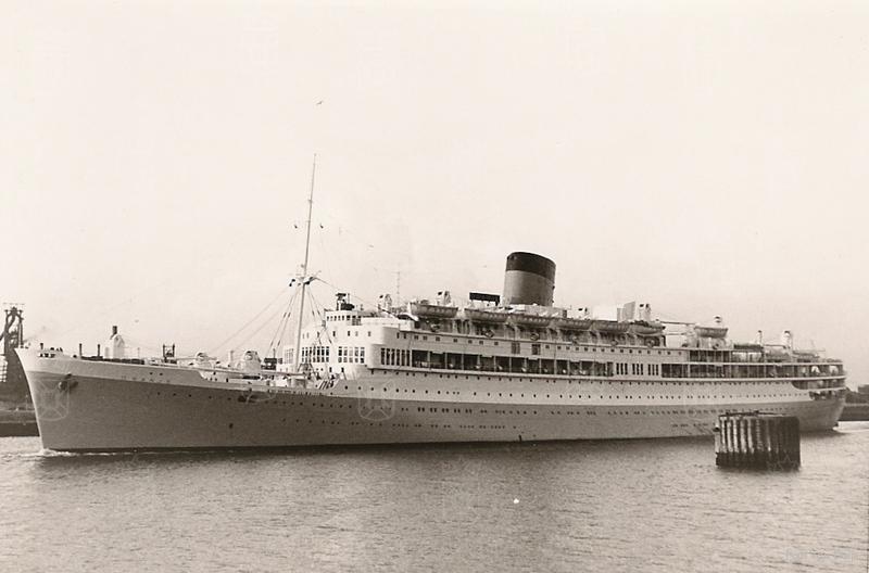 Het postschip 'Oranje' van de Stoomvaart Maatschappij 'Nederland' .