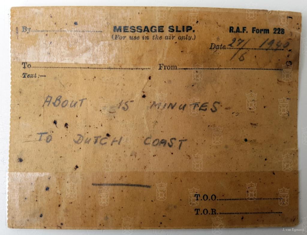 """Een """"message slip"""" uit het neergestorte toestel, aldaar gevonden door de heer Zandbergen. Vermeld wordt dat het nog 15 minuten vliegen is naar de Nederlandse kust."""