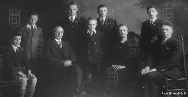 Familie van Delft, met geheel rechts Dirk. Henk in het midden.