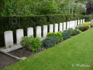 Het erekerkhof in Oegstgeest, met links de graven van Needham, Jordan en Wales.