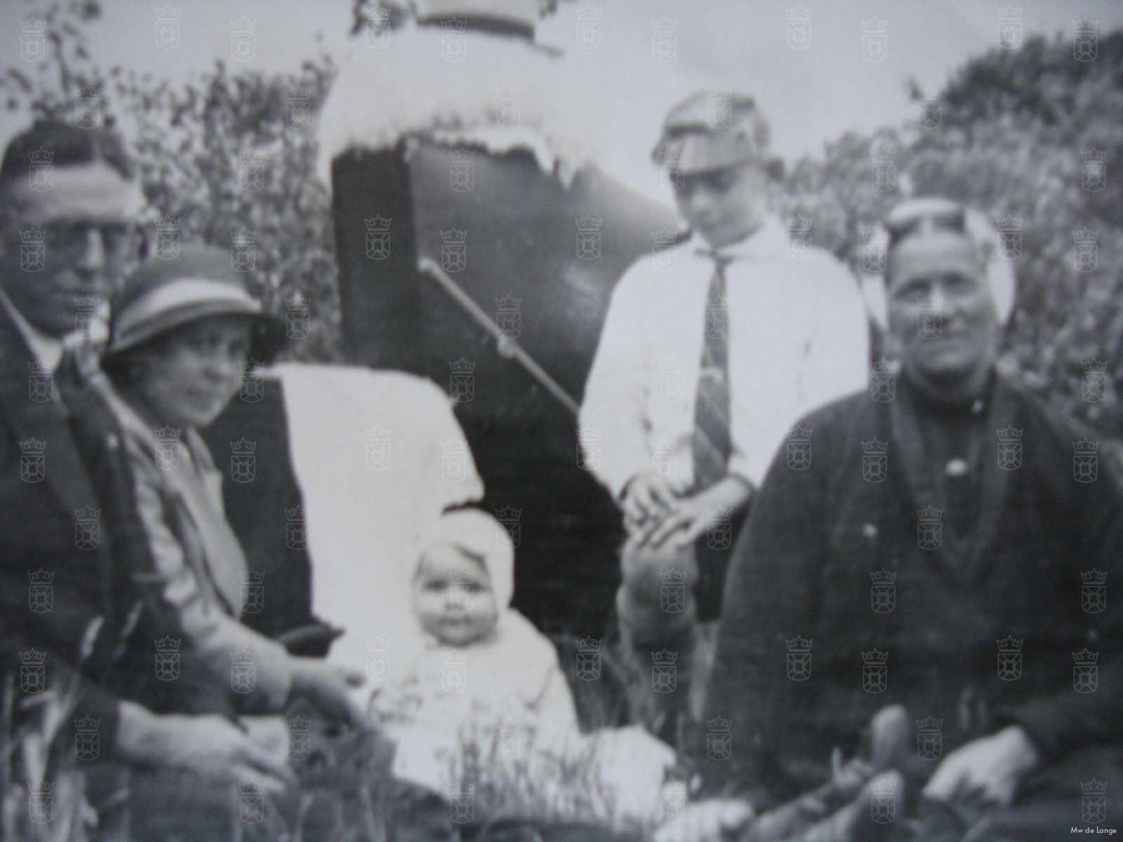 Mevrouw de Lange als baby op de foto met de familie. De jongen met het petje is Klaas.