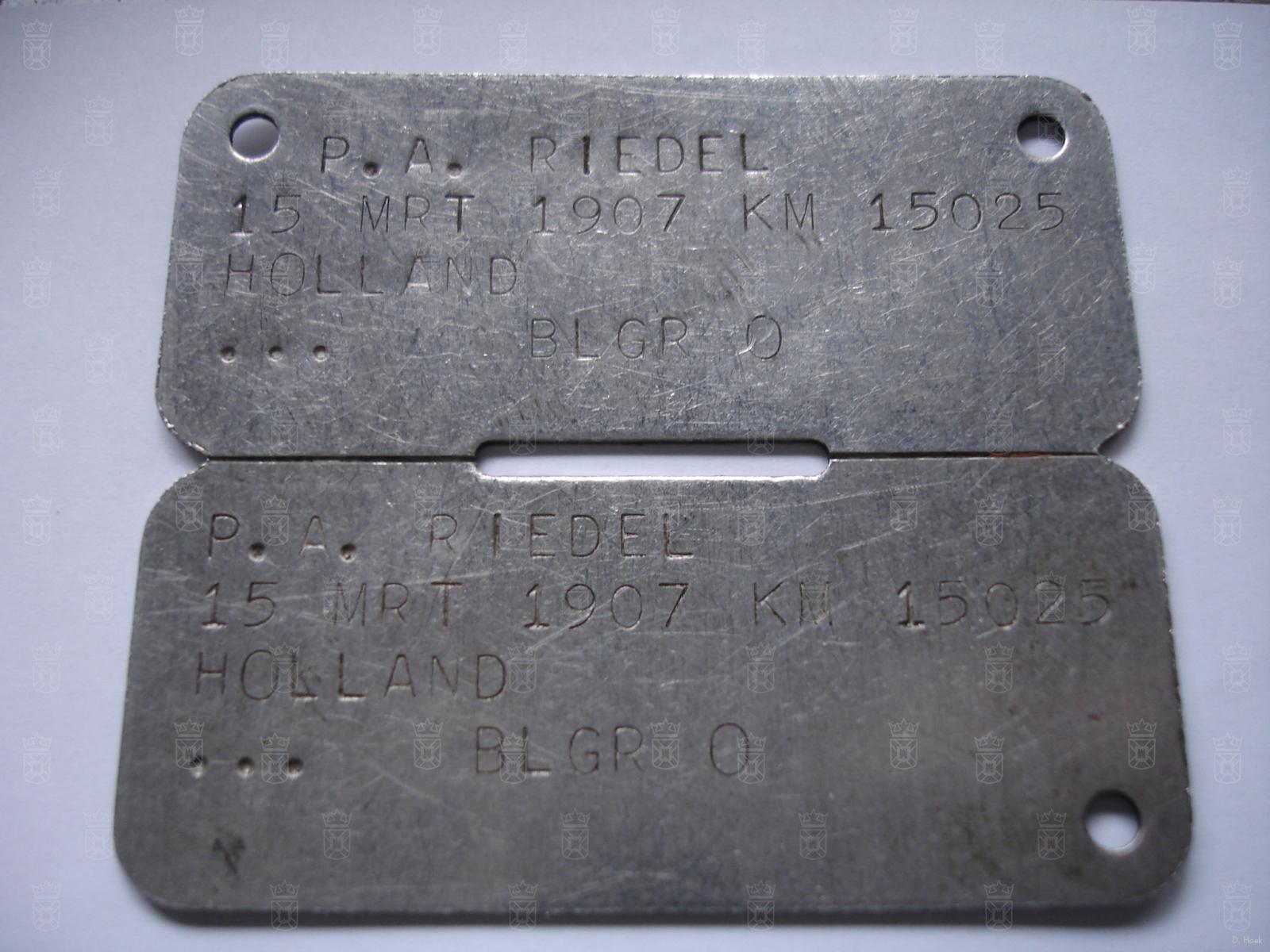 Een Nederlands identiteitsplaatje Model B, gevonden achter de barakken aan de Wassenaarseweg.