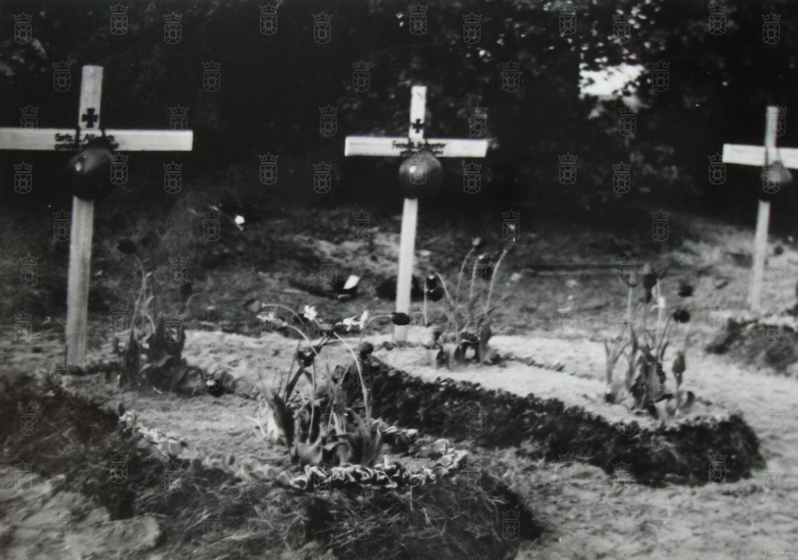 De graven in het duin van Obergefreiter Ewald Allerich en Feldwebel Georg Burmester, beide van IR47.