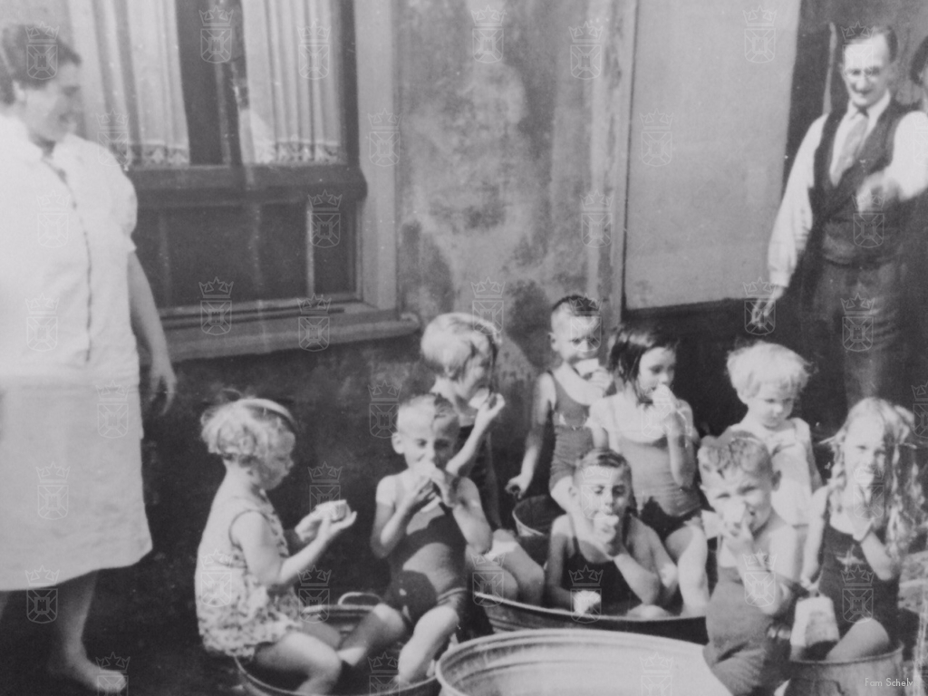 Zomer 1942, Arie Schelvis trakteert de buurtkinderen op een ijsje.