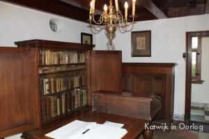 De woonkamer met de door Einsatzstab Rosenberg geroofde bibliotheek.