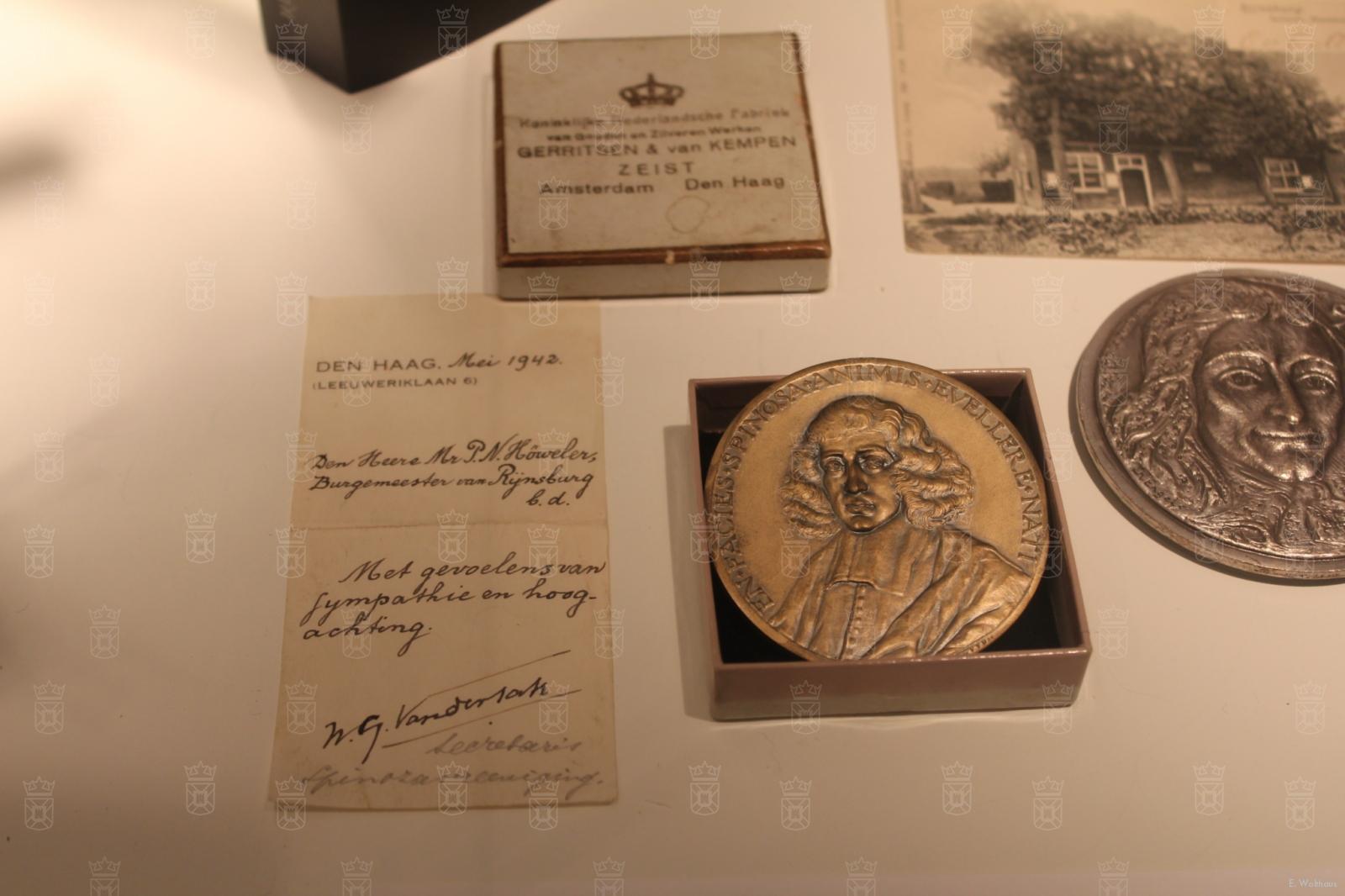 Een Spinozapenning uitgereikt in 1942 door de Vereniging het Spinozahuis aan burgemeester Höweler als dank voor zijn verzetsdaden.