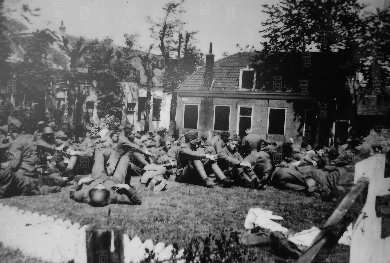 Nederlandse gevangenen op het grasveld naast de NH kerk.