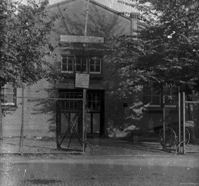 De hoofdingang van veiling Bloemenlust aan de Oegstgeesterweg.