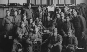 H.L. Breen, uiterst links, met zijn klasje rekruten.