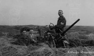 Geallieerde militairen bij een stuk licht luchtdoelgeschut in de duinen na de bevrijding.