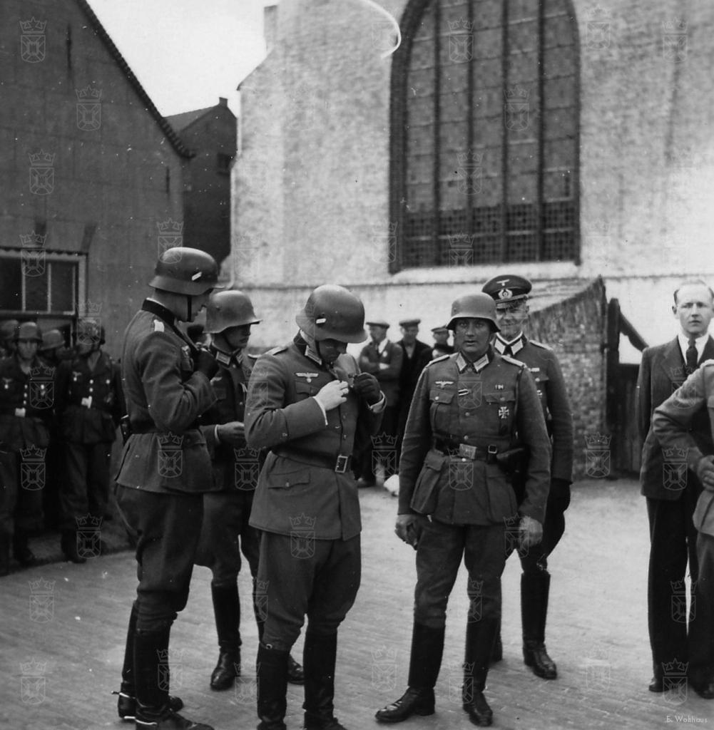 Uit de handen van General Von Sponeck heeft Rudolf Buhse, staande derde van links, zojuist het IJzeren Kruis mogen ontvangen.