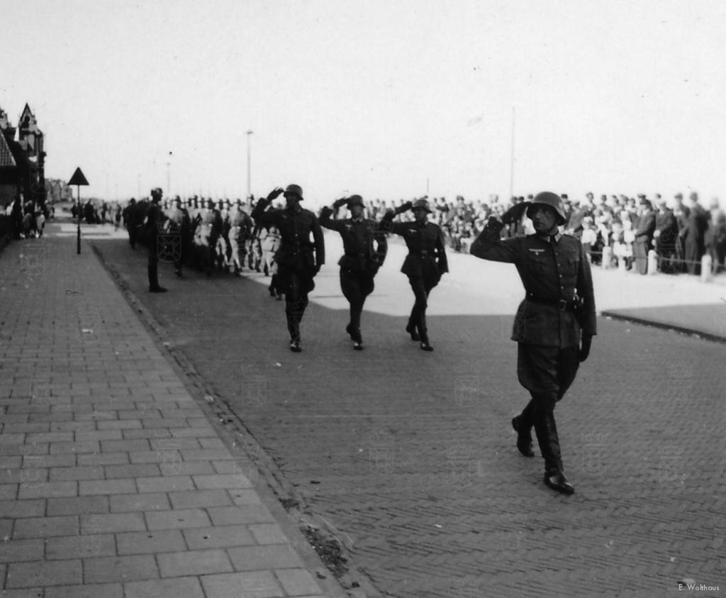 Onder grote belangstelling marcheert C.III-47IR onder leiding van Hauptman Rudolf Buhse over de Katwijkse boulevard.
