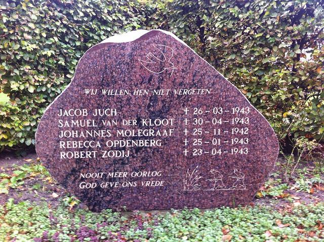 Het oorlogs momument aan de Pianolaan op het terrein van de Dr. Mr. Willem van den Berghstichting.