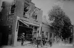 Nederlandse en Duitse soldaten voor de winkel van Meurs.