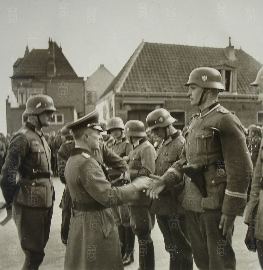 Von Sponeck decoreert zijn manschappen voor de Witte Kerk in Katwijk aan Zee.