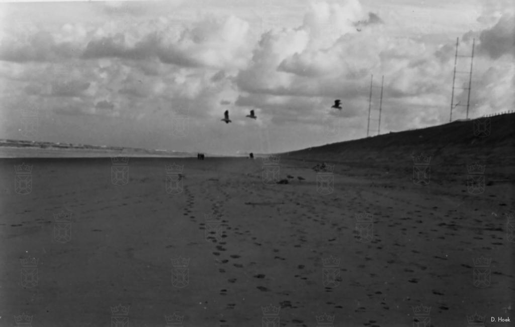Het strand voor het Duitse zendstation Nora ter hoogte van Noordwijkerhout.