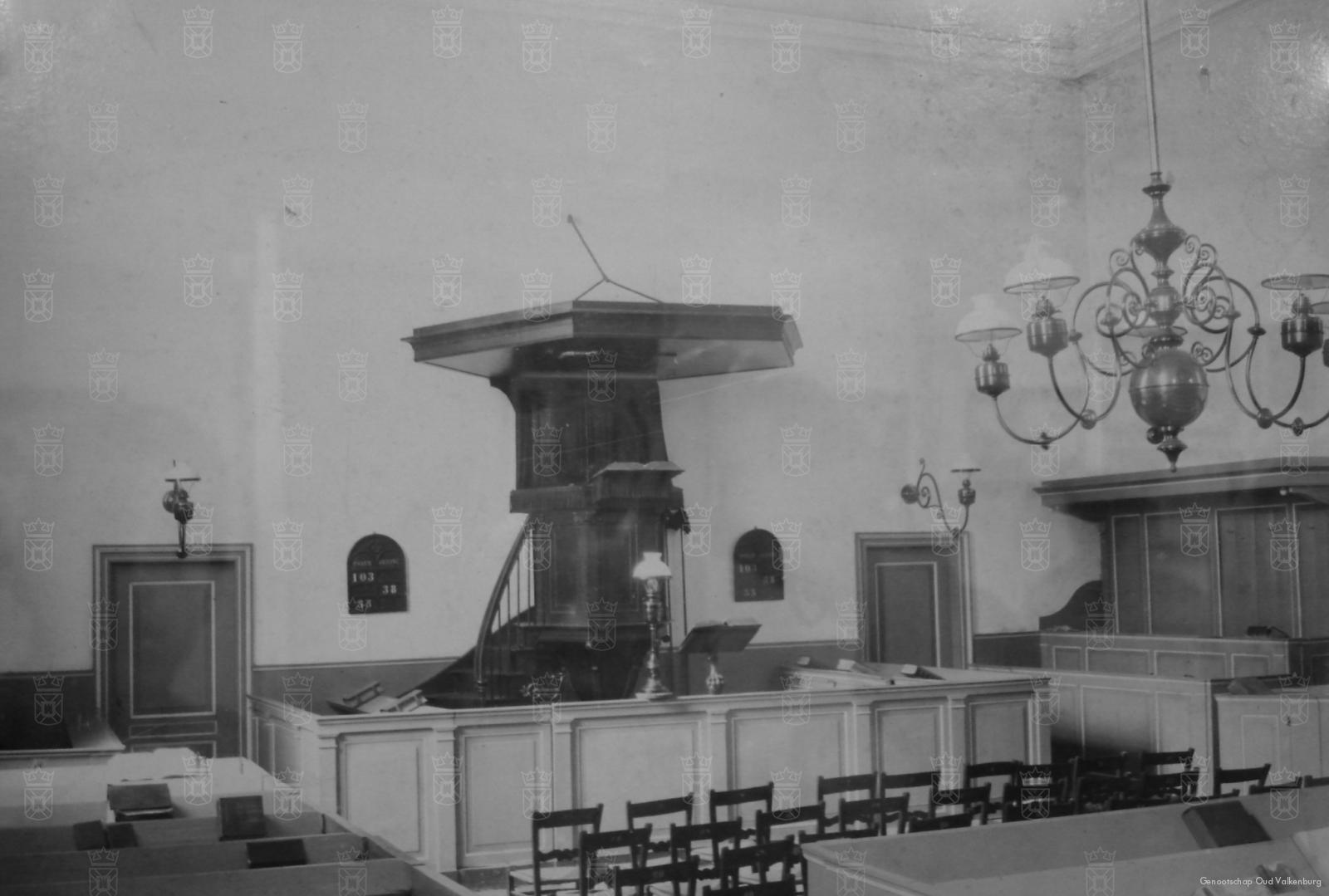 Het interieur van de NH Kerk voor de oorlogsverwoestingen tijdens de meidagen.