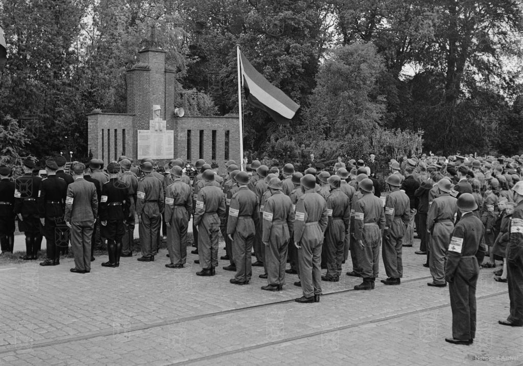 Direct na de bevrijding, op 8 mei 1945, vond er een herdenkingsplechtigheid plaats bij het monument aan het Haagsche Schouw. Op de foto zien we oud militairen en leden van de Binnenlandse Strijdkrachten.