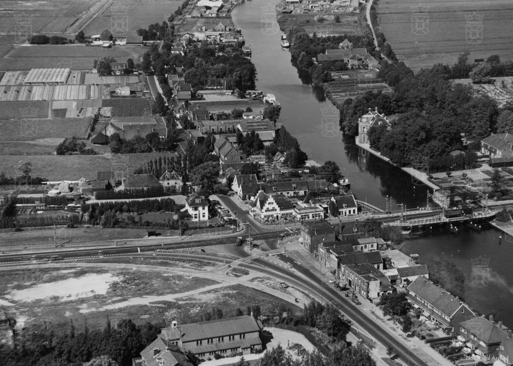 Het Haagsche Schouw in de periode rond de oorlogsjaren. Aan de waterkant zien we Huize Rhijnhof en op het kruispunt voor de brug Café Restaurant Het Haagsche Schouw.