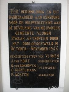 De gedenksteen geschonken aan de gemeente Rijnsburg door de gemeente Vlijmen als dank voor de geboden hulp aan Nieuwkuijk.