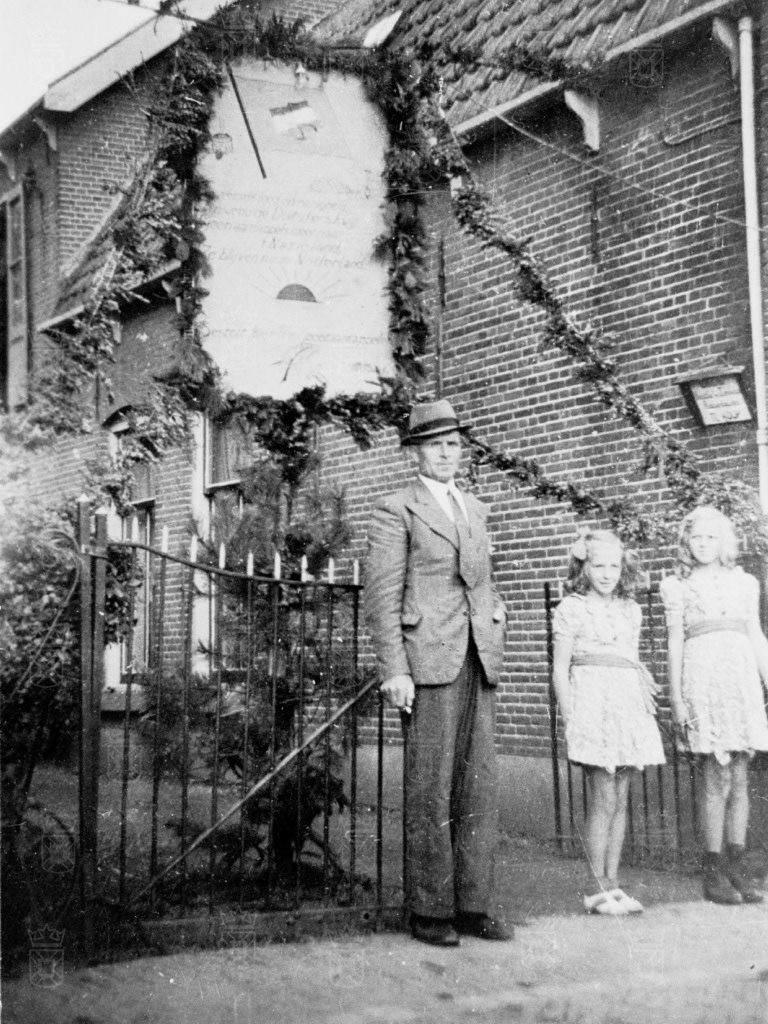 Groentehandelaar Willem Brussee met zijn dochters Hannie en Gré voor hun huis aan de Langevaart.